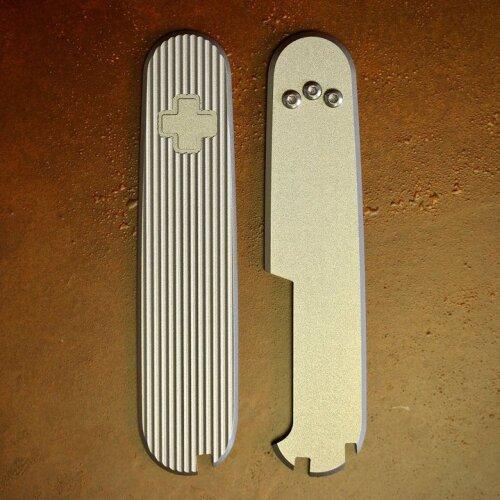 Daily Customs Titan Griffschalen Pinstripes  für Victorinox Messer 91 mm Limitiert mit Aussparungen für Pinzette, Zahnstocher und Kugelschreiber