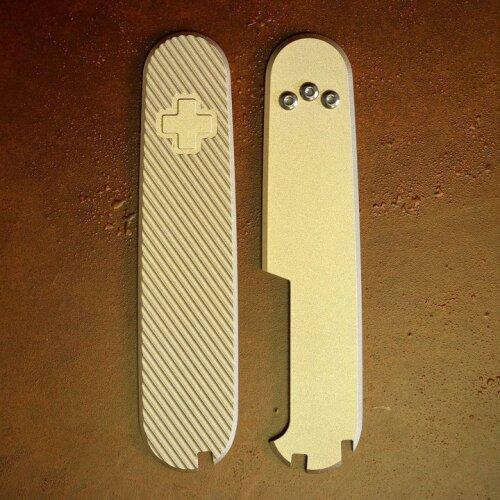 Daily Customs Messing Griffschalen 35°Angle  für Victorinox Messer 91 mm Limitiert mit Aussparungen für Pinzette, Zahnstocher und Kugelschreiber
