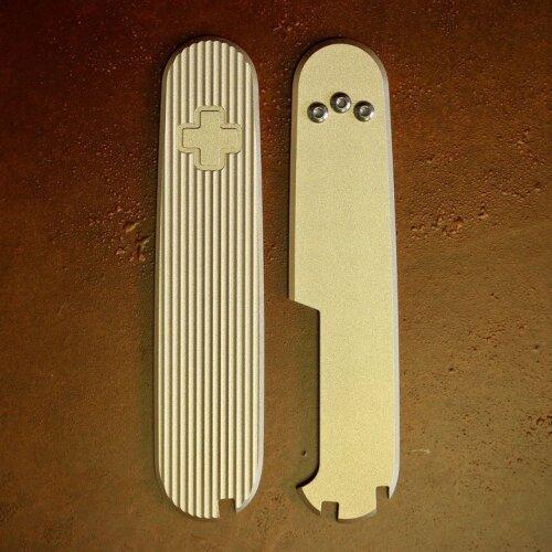 Daily Customs Messing Griffschalen Pinstripes  für Victorinox Messer 91 mm Limitiert mit Aussparungen für Pinzette, Zahnstocher und Kugelschreiber